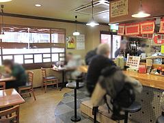 4店内:カウンター・テーブル@元祖赤のれん・節ちゃんラーメン・野間店