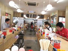 店内・コの字カウンター@博多ラーメンはかたや筑紫通店