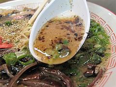 料理:黒ラーメンのスープアップ@琉王・ラーメン・大橋