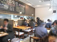 店内:テーブル席@日の出食堂・博多駅