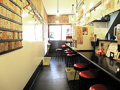 3店内:カウンター席と番付札@廣島つけ麺本舗・ばくだん屋・大橋店