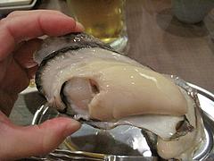 6料理:大きい生がき・岡山産@牡蠣やまと・鉄板居酒屋・赤坂・料理:生ビール@牡蠣やまと・鉄板居酒屋・赤坂・オイスターバー
