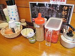 5店内:卓上@ラーメン・伊都商店