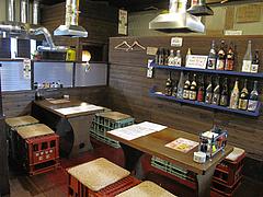 5店内:ビールケース椅子のテーブル席@七輪居酒屋イソデチキン・舞鶴・天神