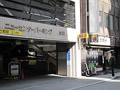 18外観:駐車場10分50円@ラーメン二男坊・博多本店・博多駅