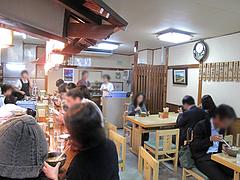店内:テーブルとカウンター席@うどん平・博多駅