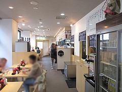 2店内:カウンターとテーブル席@長崎亭・薬院店