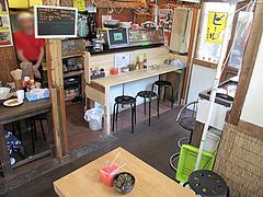6店内:カウンターとテーブル@らーめん酒場まんぼ亭・赤坂門市場