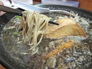 13博多の黒麺@六長屋
