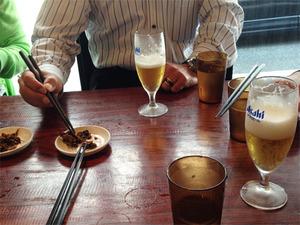 4ビールと辛子高菜@一双・博多