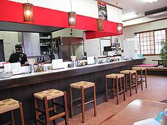 店内:カウンター・テーブル・小上がり@ラーメンつる家・那珂川