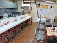 店内:カウンターとテーブル@長浜ラーメン量亭