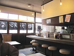 店内:カウンターとテーブル席@台湾ラーメン・麺家味齊(味斉・味千)