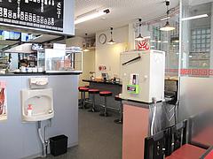 店内:カウンターとテーブル@博多ラーメンしばらく西新店