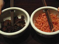 6店内:卓上の辛子高菜と紅しょうが@ラーメン居酒屋・長浜将軍・門
