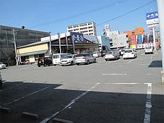 外観:うどん小麦冶と共有駐車場@博多ラーメンはかたや・箱崎店