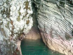 玄武岩の海蝕洞に潜入@七ツ釜遊覧