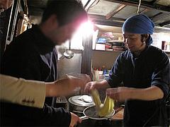 麺上げ湯切り体験・カメラマンさん@屋台・新妻・天神・福岡