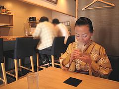 3店内:カウンターとテーブル@照・TERRA(てら)・渡辺通店