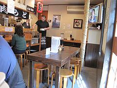 店内:カウンターとテーブル席@元祖肉肉うどん・博多区店屋町