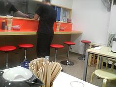 店内:カウンターとテーブル席@元祖長浜ラーメンぶんりゅう