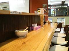 店内:オープンカウンター@肉そば・喰海・つけ麺・天神