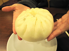料理:大明肉まんの大きさ@大明坦々麺・博多デイトス店麺街道
