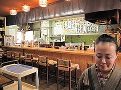 店内:カウンターとテーブル席@魚魚・居酒屋