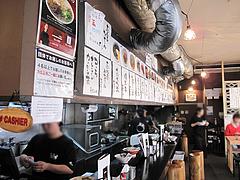 店内:厨房とカウンター@ラーメン・博多だるま
