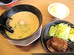 料理:とんこつラーメン+ハンバーグセット650円@博多金龍ラーメン・長住