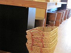 店内:荷物かご@もちもち麺工房松・住吉