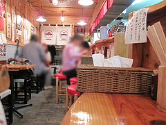 店内:カウンター@めん屋とんでもねえ・春吉