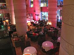 1店内:テーブルとカウンター@バーフィズ(Bar Fizz)グランドハイアット福岡・キャナルシティ博多