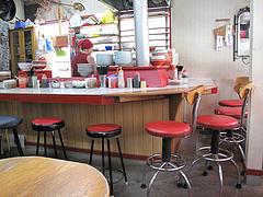 5店内:カウンター・テーブル・小上がり@ニチイのラーメン屋・味一番・西新・藤崎