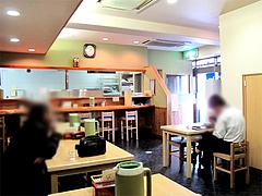 店内:カウンターとテーブル席@博多川端うどん・住吉
