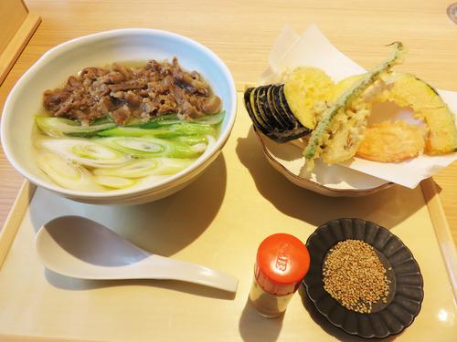 9肉うどん700円+野菜250円