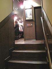 店内:2階味集中カウンターへ@ラーメン一蘭・西通り店・天神