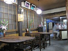 店内:テーブル席とカウンター席@くらり庵