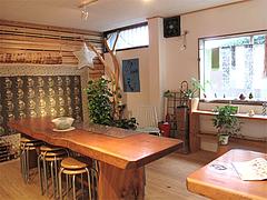 店内:テーブル席・洋服@カフェ・ムッシュドムニィー・小郡