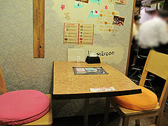 店内:2人用テーブル席×2@完熟野菜の大自然CURRY(カレー)・西新商店街