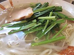 ランチ:塩にら拉麺ハーフ@麺屋まつけん・渡辺通・電気ビル裏