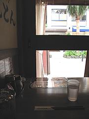 店内:窓際テーブル@黒豚餃子とんとん・天神