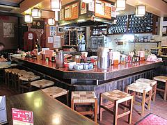 11店内:カウンターとテーブル@焼とり筑ぜん・博多駅前