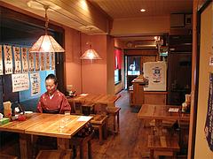 店内:カウンター席とテーブル席@らーめん将・博多駅南