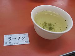 店内:食券とお茶@元祖長浜屋