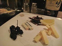 12バー:チーズ2種・枝付き干し葡萄・ビーフジャーキー・クラッカー@イタリアン・ワインバー・SUGIYA(スギヤ)・赤坂