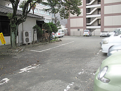 外観:広い駐車場@かねいしうどん・博多駅東