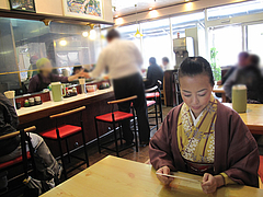 2店内:カウンター・テーブル・小上がり@本場久留米・うちだラーメン・那珂川