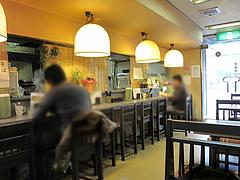 3店内:カウンターとテーブル@大助うどん・藤崎