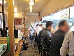 店内:カウンター席と小上がり@葉隠うどん・博多駅南